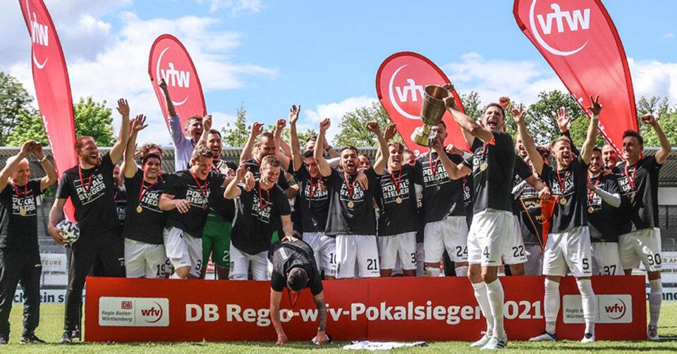 Die SSV-Fußballer bejubeln den erneuten Pokaltriumph