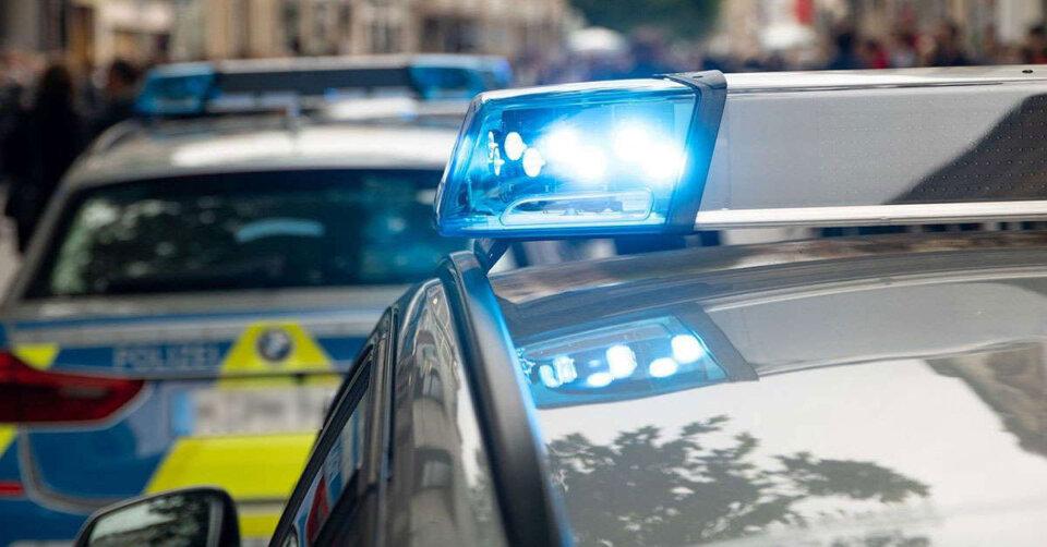 Schwerer Verkehrsunfall: Lkw stößt mit geladenem Bagger gegen Betonbrücke
