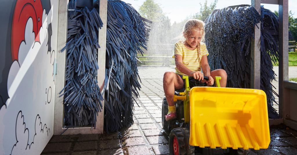 Der Traktor ist vom vielen Arbeiten ganz staubig? Dann ab in die Waschanlage!