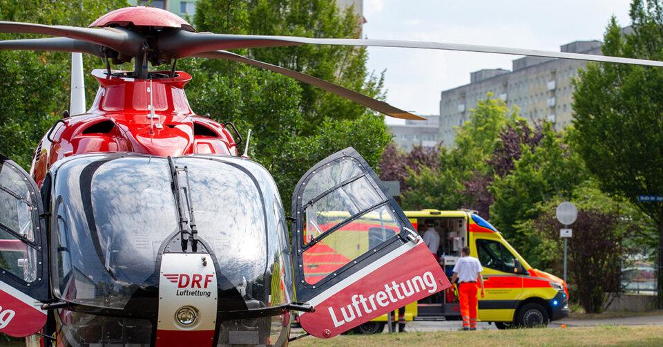 Von Traktor überrollt: Rettungshubschrauber bringt schwerverletzten Mann ins Krankenhaus