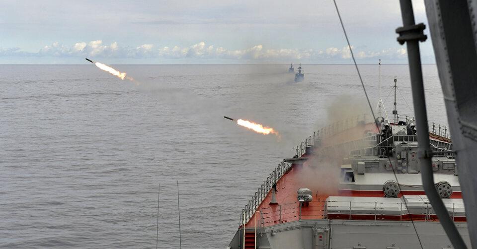 Russland feuern Bomben als Warnung auf britisches Militärschiff ab