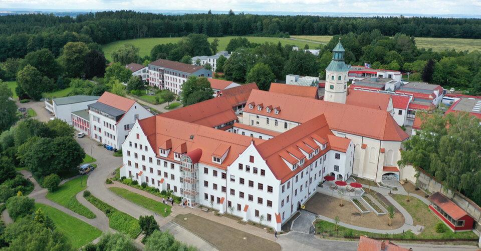 Die Sanierung von Haus Georg in Heggbach ist abgeschlossen: Kreuzgang, Fresken und neue Zimmer begeistern Festgäste und Bischof