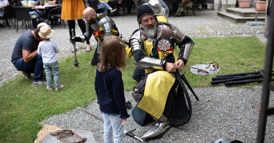 Schwertkampf in der mittelalterlichen Erlebniswelt Schloss Waldburg