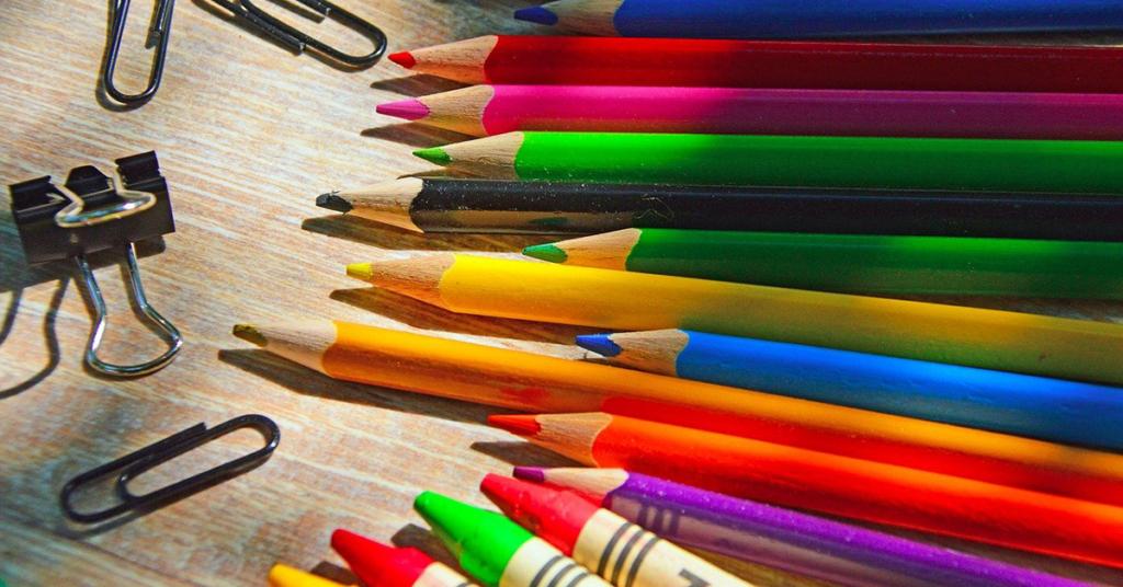 Viele Kinder kauen oder lutschen regelmäßig an Stiften. Bei Buntstiften ist es oft der Lack, der ungesunde Stoffe enthalten kann. Hier ist vorsicht geboten.