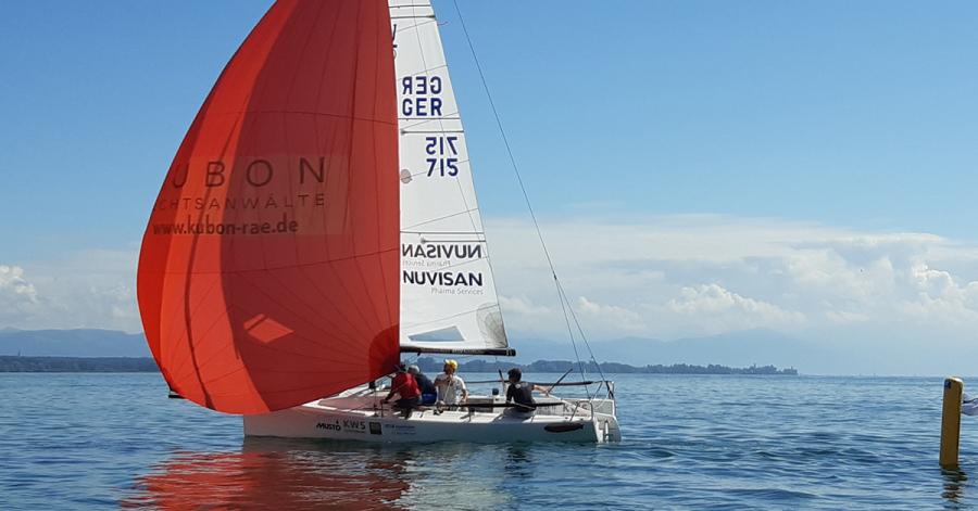 Vor heimischem Hafen hat die WYC-Crew zuletzt noch einmal trainiert. Auch auf der Ostsee soll es diesmal leichte Windverhältnisse haben. Für den WYC werden Simon und Felix Diesch, Ellen Bauer und Carlo Schnetz an den Start gehen.
