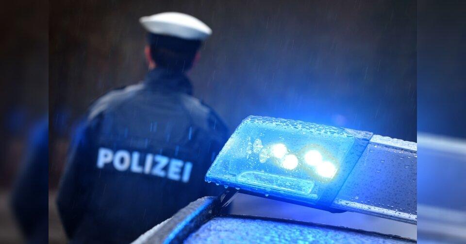 Streifenwagen kracht in Auto: Fünf Menschen schwer verletzt