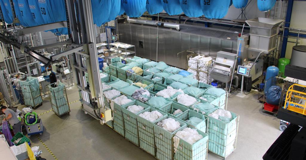 Dank modernster Technik sowie dem Fachwissen der Mitarbeiter kann die Textilreinigung täglich etwa acht bis zehn Tonnen Wäsche verarbeiten.