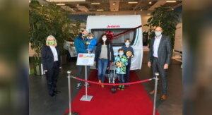 Hauptgewinn: Wohnwagen an glückliche Gewinnerfamilie übergeben