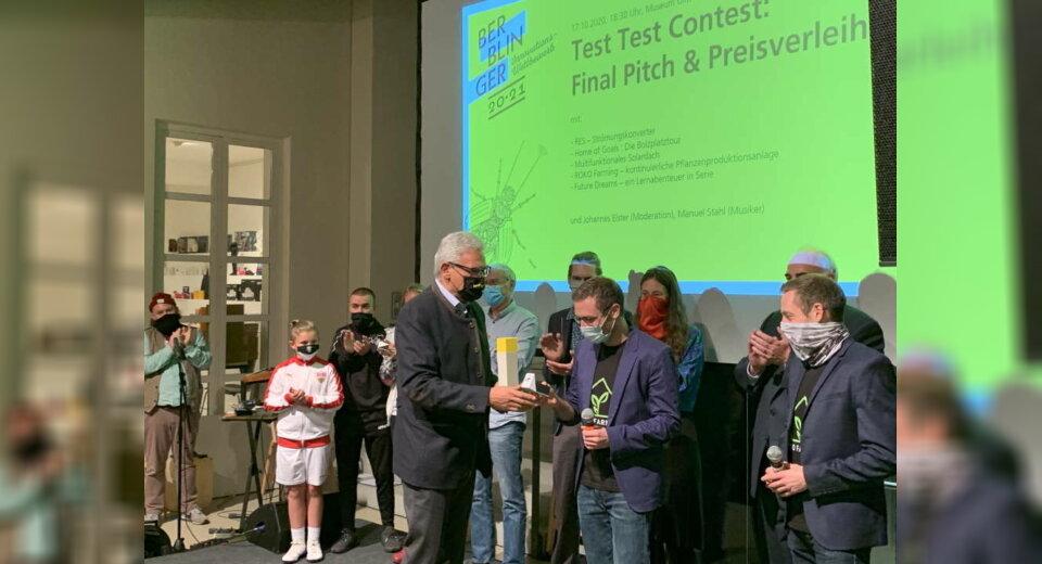 Oberbürgermeister Gunter Czisch verleiht den 1. Berblinger Innovationspreis der Stadt Ulm an Philip und Sascha Rose mit dem Projekt Roko-Farming