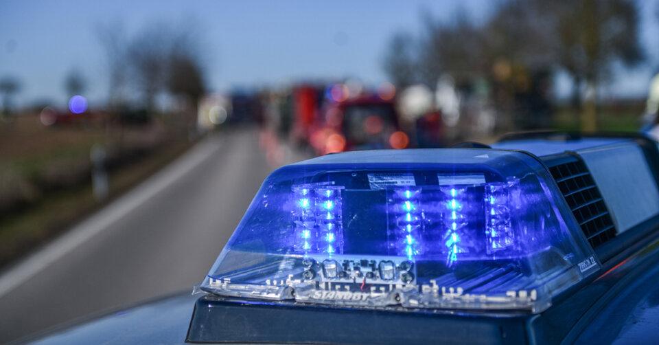 Heftiger Unfall auf der Autobahn fordert über 30.000 Euro Schaden und drei verletzte Personen – Polizei sucht Zeugen