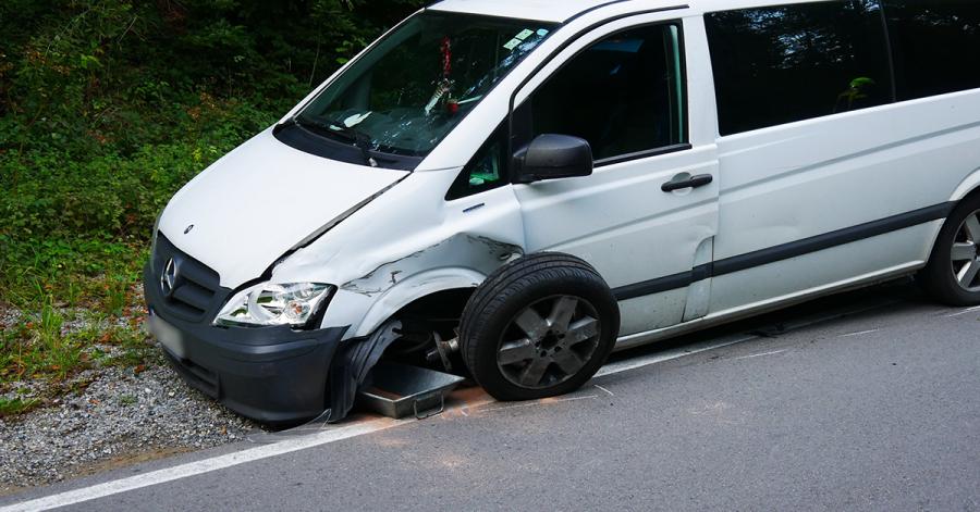 Das andere Fahrzeug war ebenfalls nicht mehr fahrbereit. Der Reifen wurde aus der Verankerung gerissen.