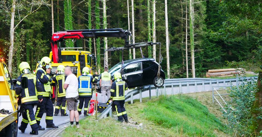 Die Einsatzkräfte der Feuerwehr arbeiteten Hand in Hand mit dem Abschleppdienst.