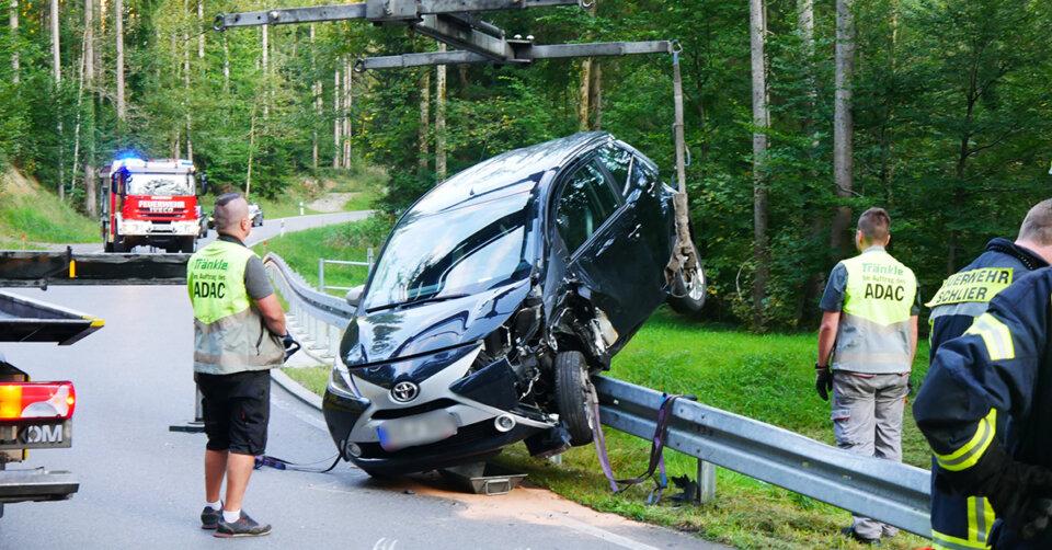 Verkehrsunfall im Lauratal: Auto landet auf Leitplanke