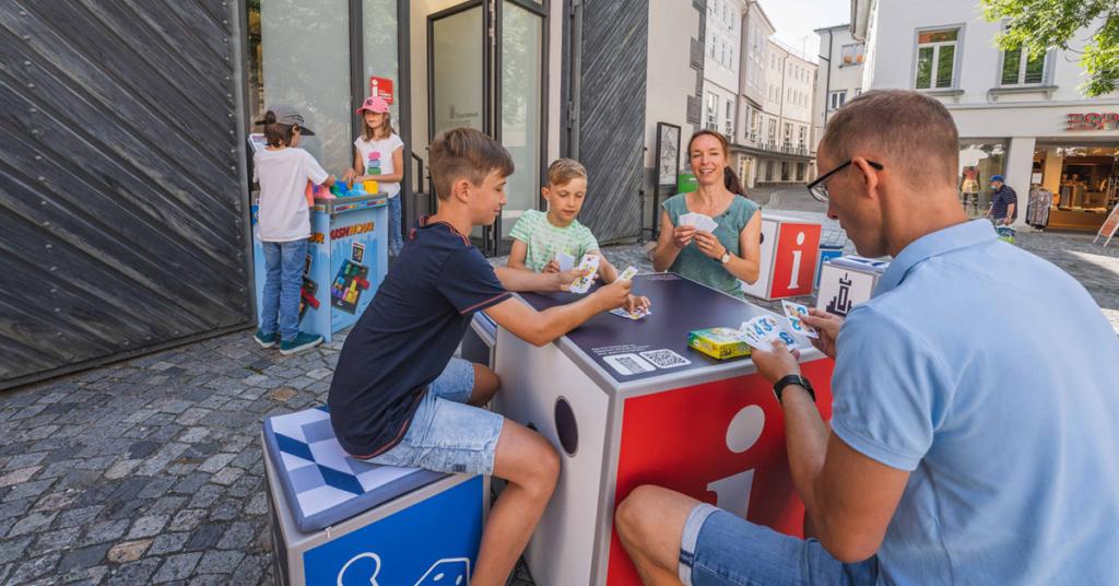 Die Tourist Info Ravensburg bietet einen Spieleverleih sowie XXL-Spiele von Ravensburger an