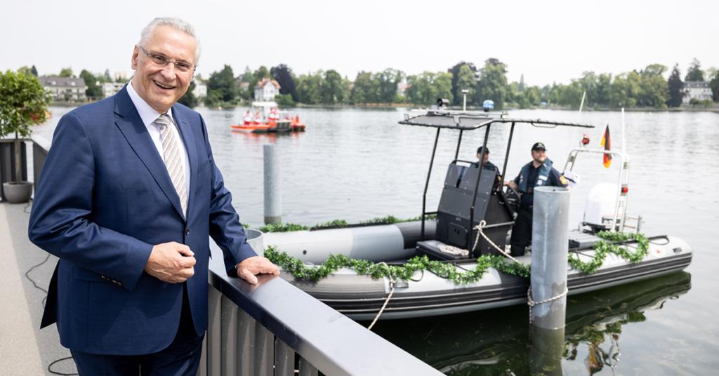 Posiert neben dem neuen Polizeiboot fürs Fotoalbum: Bayerns oberster Polizeichef, Innenminister Joachim Herrmann