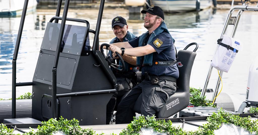 Macht sichtlich Spaß, das neue Polizeiboot zu steuern.