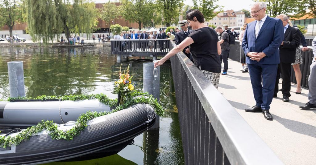 """Lindaus Polizeichefin Sabine Göttler tauft das neue Polizeiboot """"Zander"""" vom Nobelpreisträgersteg aus am Kleinen See."""