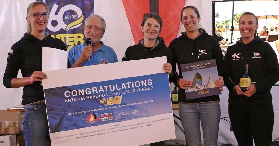 """Gewinner der """"Antigua and Barbuda Challenge"""" ist das Damen-Team des DTYC Tutzing mit (v. l.) Monika Linder, Anna Seidl, Ann-Christin Goliaß und Laura Fischer. Den Preis überreichte Hartmut Holtmann (2. v. l.), Ehrenmitglied des Antigua Yacht Clubs."""