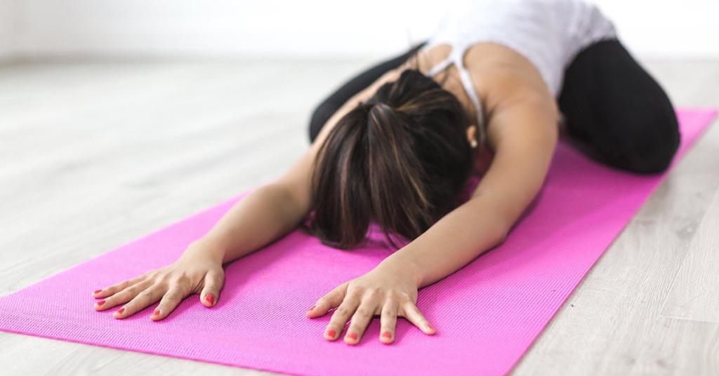 Yoga hat viele positive Effekte auf Körper und Geist und hilft bei der Entspannung.