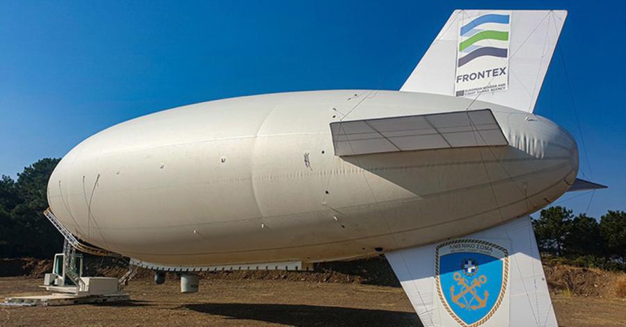 """Zur besseren und wirksameren Überwachung des Seeraums setzt die europäische Grenzschutzagentur Frontex neben Schiffen und Booten auch ein Luftschiff ein. Dabei handelt es sich um einen sogenannten """"Blimp"""", ein Prallluftschiff, das aus der Fertigung des deutschen Unternehmens Zeppelin am Bodensee stammt."""